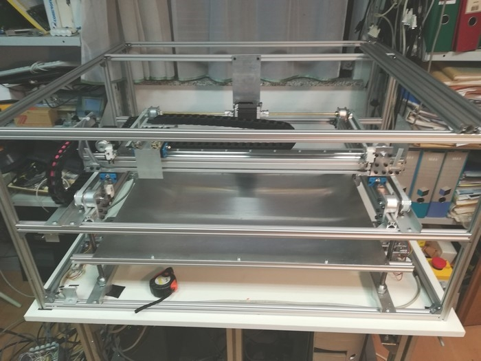 Cutting table with a displacement in the Z axis